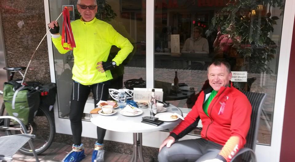 17. mai og kaffepause på vei til Bremen. Foto: Privat.