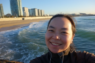 Jeg løper for CarciNor! Joggetur på stranda i Barcelona. Foto: Mari Sandvold