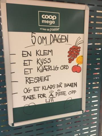 """""""5 om dagen"""" i følge Coop Mega Rønvika. Foto: Jannike Ramsvik."""