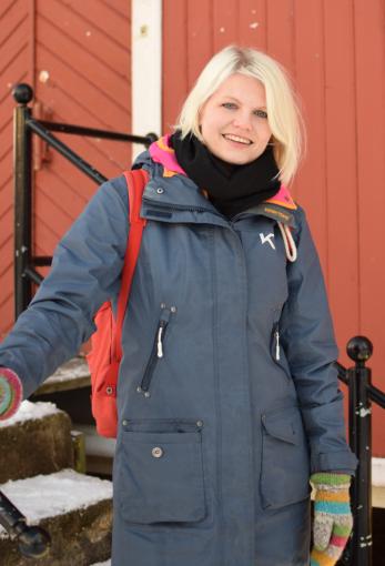 Jannike Ramsvik på tunet til Nordland Kultursenter. Foto: Mari Sandvold.