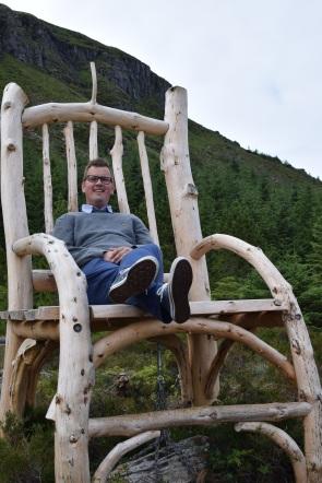Roy på Trollstolen i Eventyrskogen. Foto Mari Sandvold.