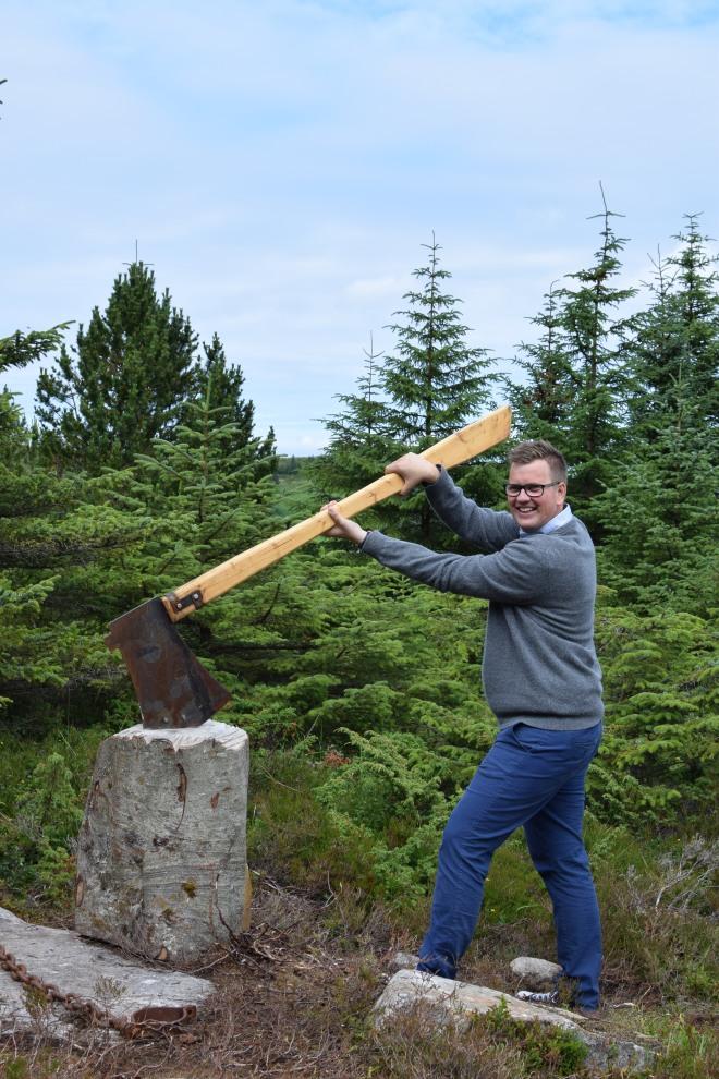 Roy har fått tak i øksa til trolla i Eventyrskogen og er klar for kamp. Foto: Mari Sandvold.