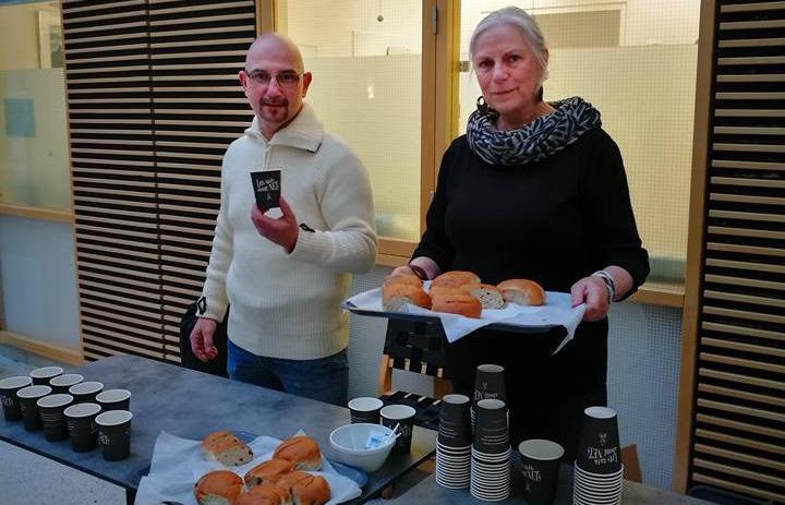 Atle Grønmyr og Mette Jackson delte ut kaffe, boller og brosjyrer på Rikshospitalet i Oslo. Foto: Mari Sandvold