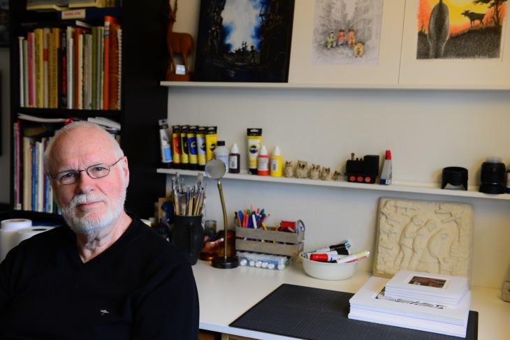 Svenn Hansen ved arbeidsbordet sitt. Foto: Mari Sandvold