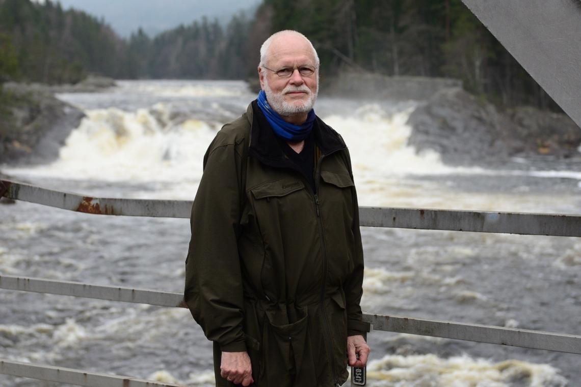 Svenn Hansen går tur hver dag, gjerne ned til Teinefoss. Foto: Mari Sandvold