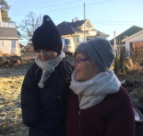Familien er viktig for Tone. Her er hun og barnebarnet Mateo ute i hagen. Foto: Privat