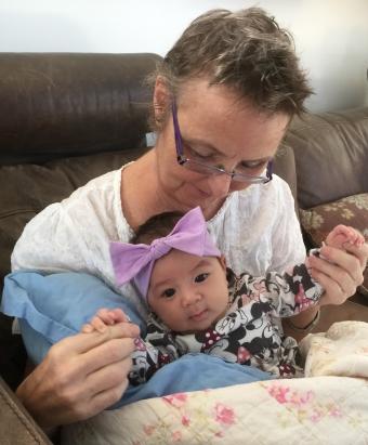 Tone med barnebarnet Maylee på fanget. Foto: Privat