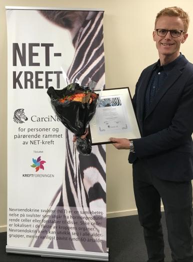 Jon Sponheim mottar CarciNors Forskningspris 2019 på vegne av Senter for nevroendokrine svulster, Rikshospitalet. Foto: Mari Sandvold.